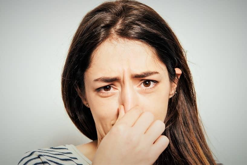 Osmofobia - fobia a los olores - mujer cubriéndose la nariz
