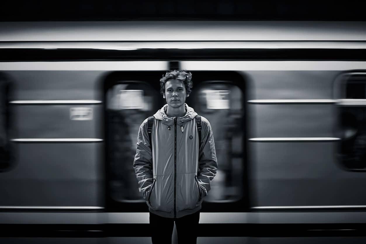 Siderodromofobia ▷ Hombre triste delante de un tren